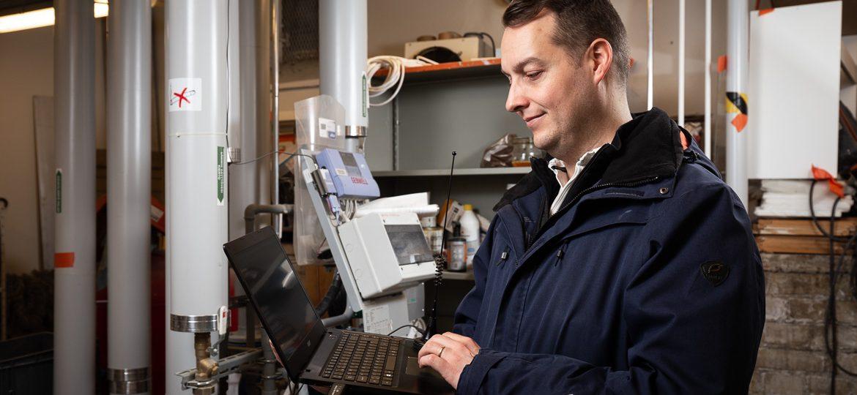 Valokuva yrityksestä 10+ Isännöinti: mittarin luenta taloyhtiön teknisessä tilassa