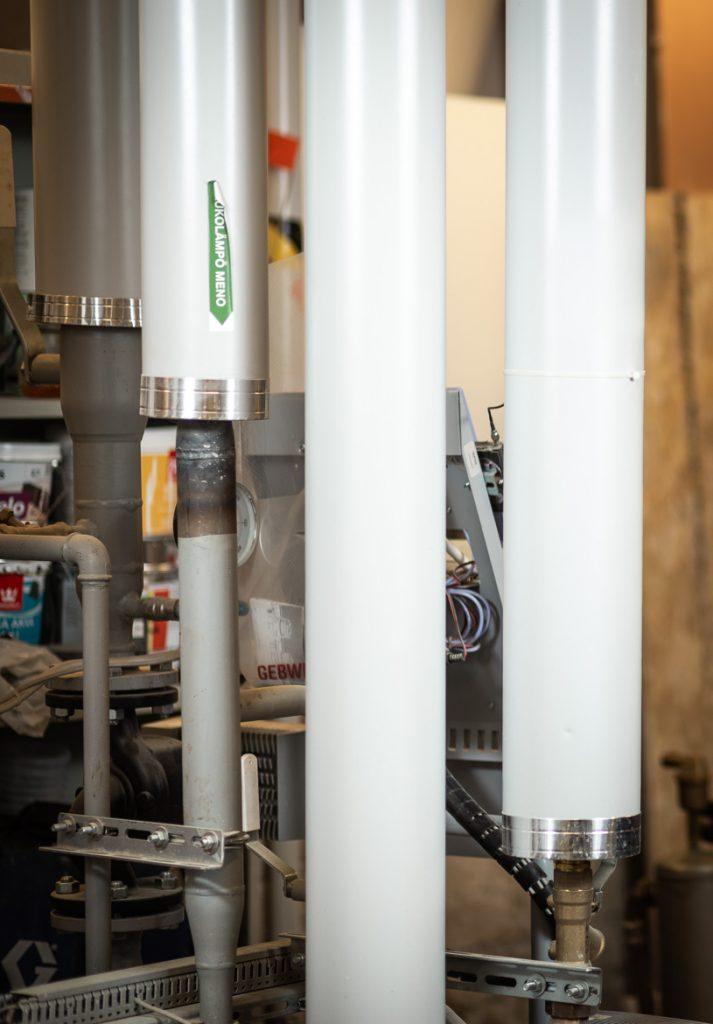Valokuva yrityksestä 10+ Isännöinti: lämpövesiputket taloyhtiön teknisessä tilassa