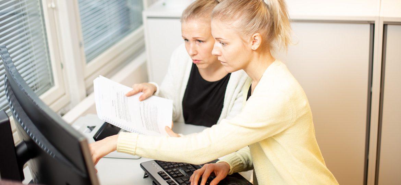 Valokuva yrityksestä HM-Tilipalvelut: Työskentelyä tietokoneella