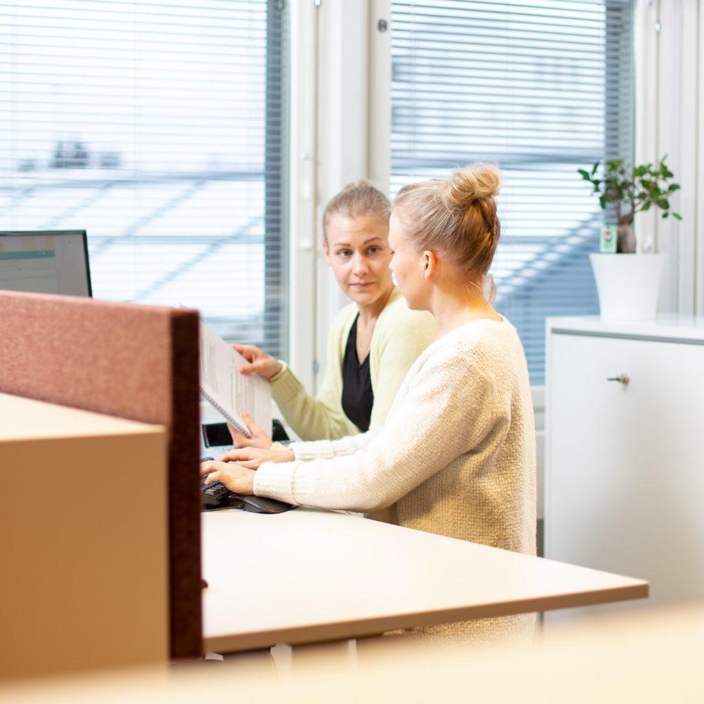 Valokuva yrityksestä HM-Tilipalvelut: Työskentelyä tilitoimistossa
