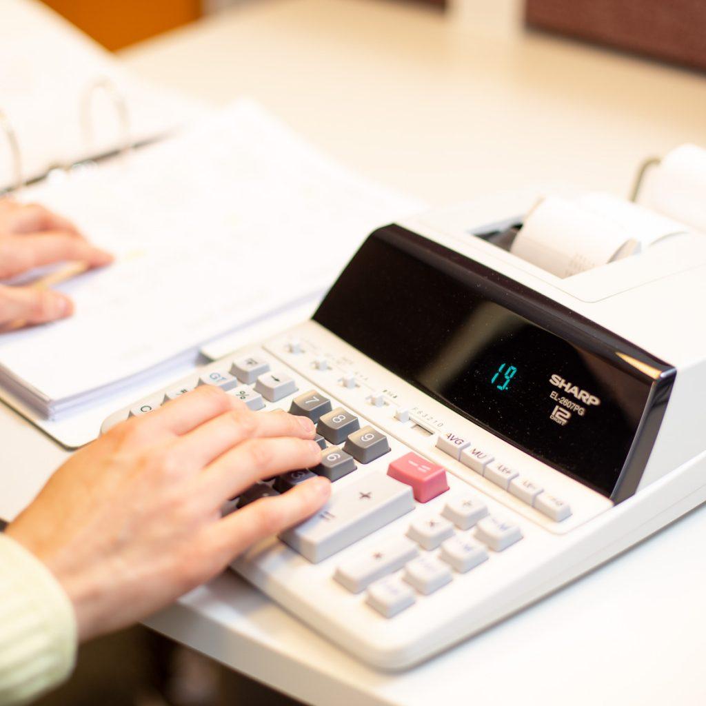 Valokuva yrityksestä HM-Tilipalvelut: Lähikuva laskimesta